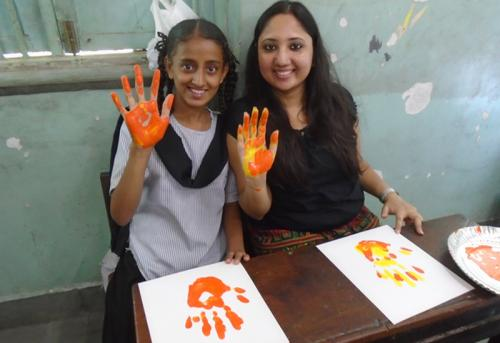 shipra-and-her-mentee-enjoying-have-their-hands-coloured-main